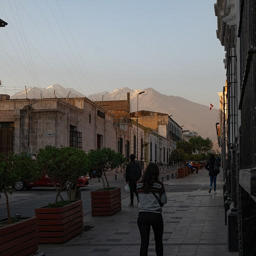 הר הגעש צ'אצ'אני מתנשא מעל רחובותיה של ארקיפה העתיקה