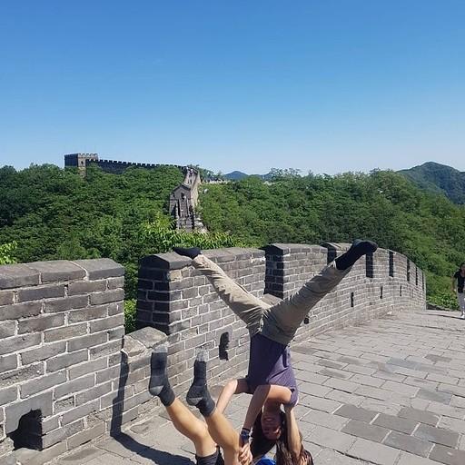 אקרובלאנס על החומה במוטיאניו (אין סינים בתמונה כי הם עמדו מאחורי המצלמה)