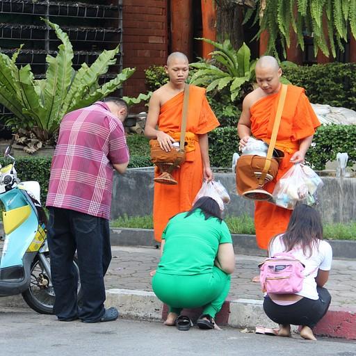 נותנים אוכל לנזיר בתמורה לברכה
