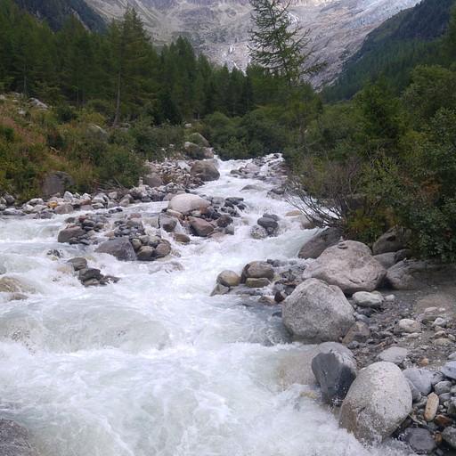 הנחל בעמק שלמרגלות בקתת גChalet des Grands