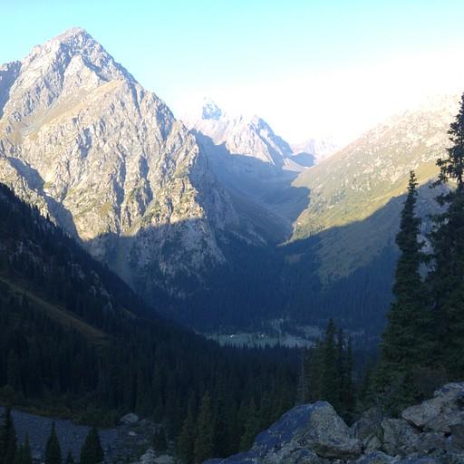 מאתר הקמפינג צריך לרדת כחמש מאות מטרים מטה אל עמק Karakol