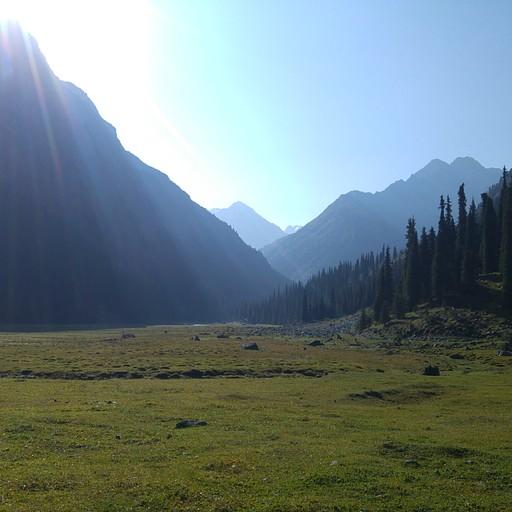 העמק Karakol. מכאן נפנה אל ההרים ונתחיל לטפס כ- 1250 מטרים.