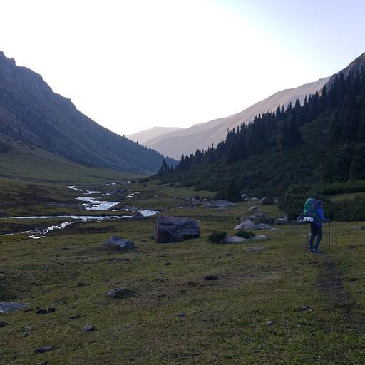 עמק Teleti. סוף יום. הקמנו אוהל ליד הנחל.