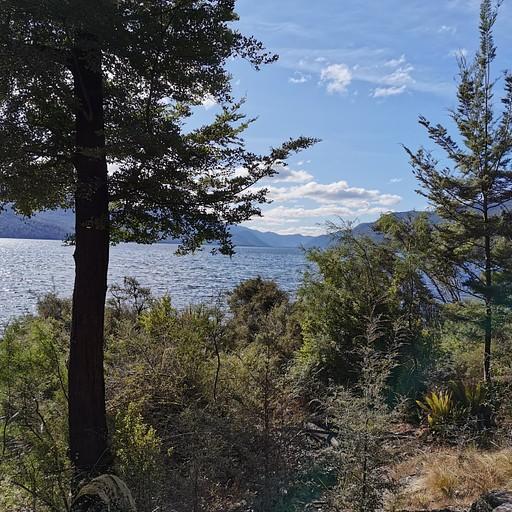 אגם Rotoroa קצת לפני הבקתה