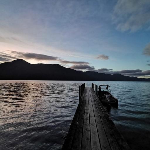 אגם Rotoroa בשקיעה