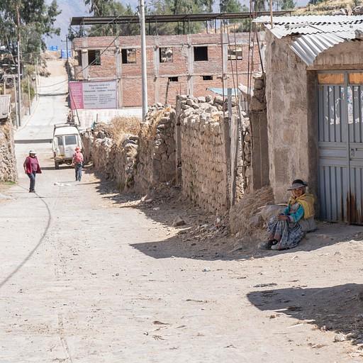 רחוה היציאה מהכפר. בקצה הרחוב מגרש כדורגל מצד שמאל.