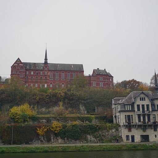 Maison Leffe (המבנה באדום)