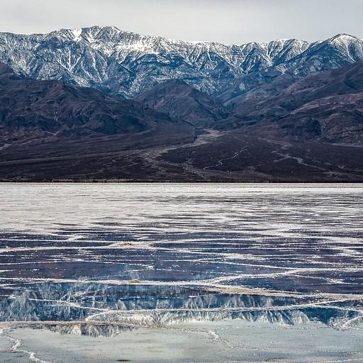 מדבריית המלח יוצרת השתקפויות מעניינות עם ההרים סביבה