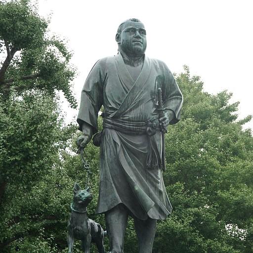 פסלו של סאיגו טאקמורי וכלבו באואנו, טוקיו. שימו לב לשוני בלבוש מהפסל בקגושימה
