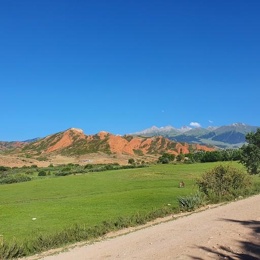 אבן חול בתחילת העמק עם סלעים פלוטוניים באופק. בינהם יש מישור העתק איפשהו.