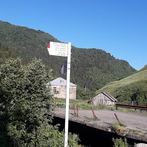הפניה ל-Latapr Pass ביציאה  מהכפר איפרילי