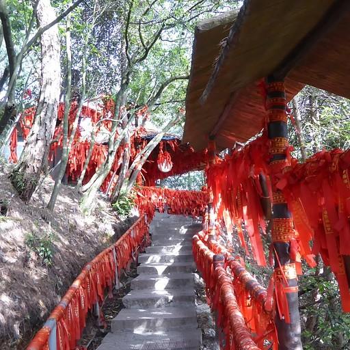 במקדש על העמוד שמול הגשר הטבעי