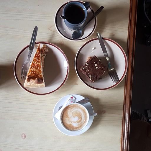יותר טוב מכדורי גובה- קפה, תה ועוגות באחת המאפיות שבטרק