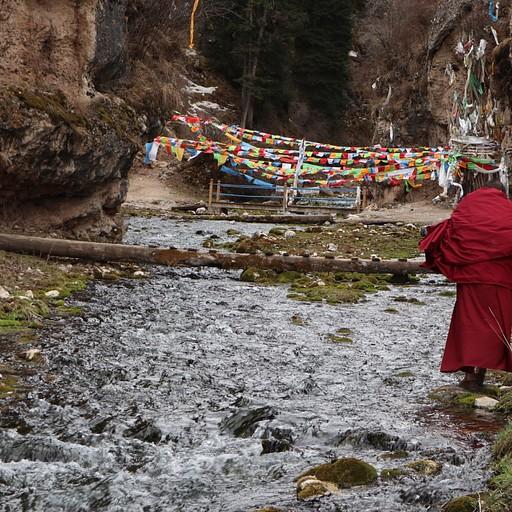 נזיר בדרך למערה לתפילה - המנזר בצד הסצ'ואני