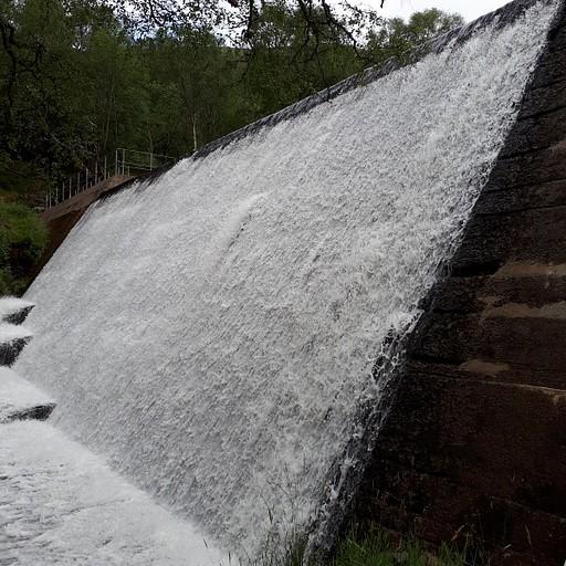 סכר ומפל מים