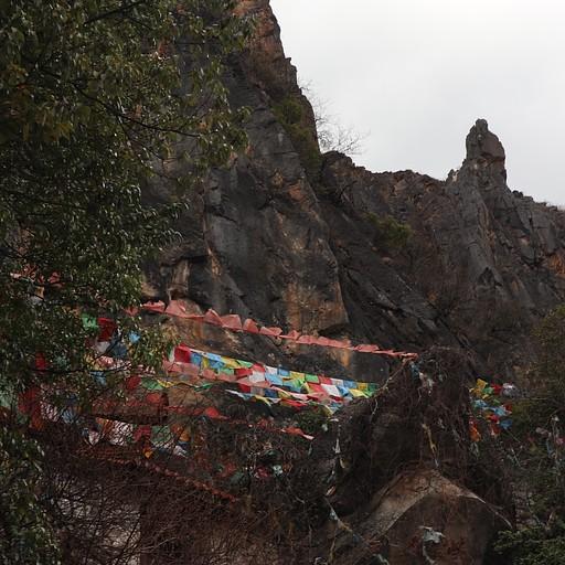 דגלים טיבטיים ומקדש קטן בדרך לערוץ