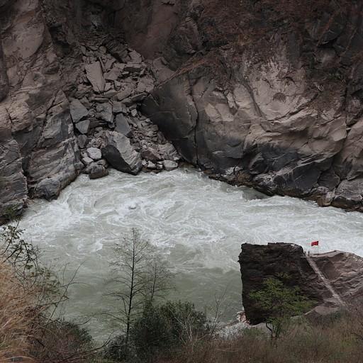 אחד משלושת הסלעים שמתיימרים להיות הסלע עליו קפץ הנמר