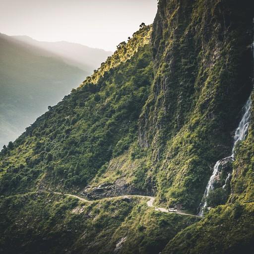 ככל שהעמק נפתח, הג'יפים הופכים קטנים יותר ויותר