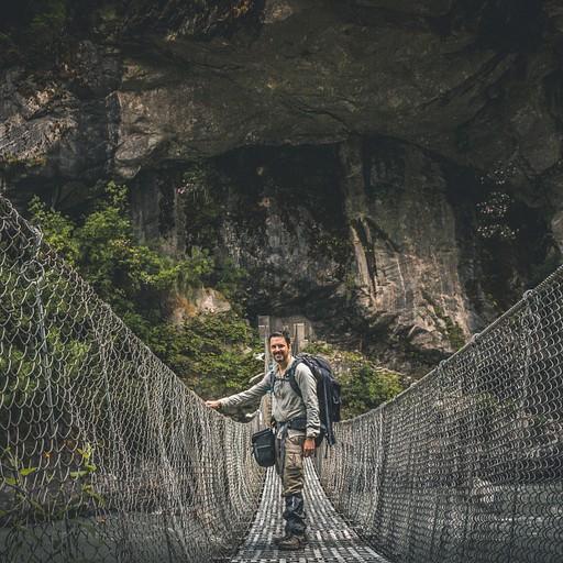 גשרים תלויים בכל מקום ואני