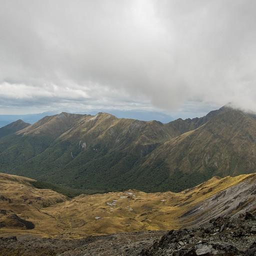 תצפית מהפסגה על הרכס