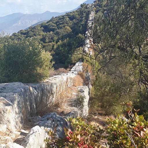 צינור מים גרביטציוני בנוי מאבנים חצובות חלולות