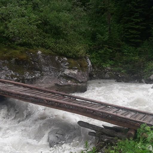 הגשר החוצה את הנהר