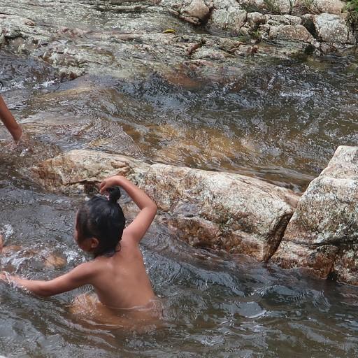ילדים מתרחצים בקרבת המפל