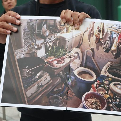 מטבח בתוך שירותים עם מכונת כביסה, דירה לדוגמא בהונג קונג.