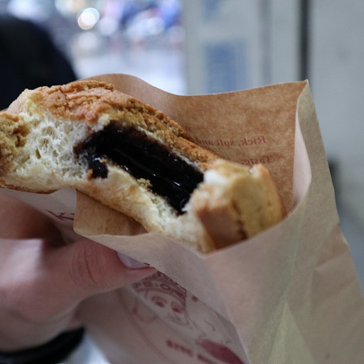 King Rotti - לחמניה מתוקה במילוי שוקולד/ וניל שנמצאת ברחובות האנוי.