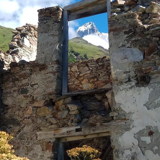 קרחון אושבה מהחלון של הריסות כפר בדרך