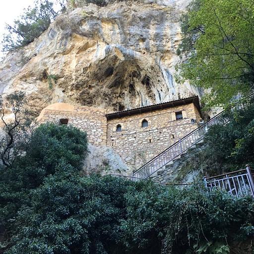 המנזר התלוי באמצע היום