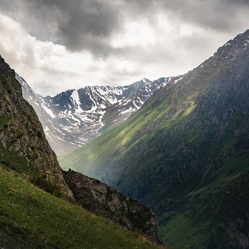 קרני שמש בודדות חודרות את העננים ודגישות את צלע ההר הירוק