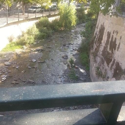 תחנת האוטובוס במונצ'יל ותחילת המסלול. הולכים במעלה הנחל על הגדה השמאלית, כלומר לצד הכביש