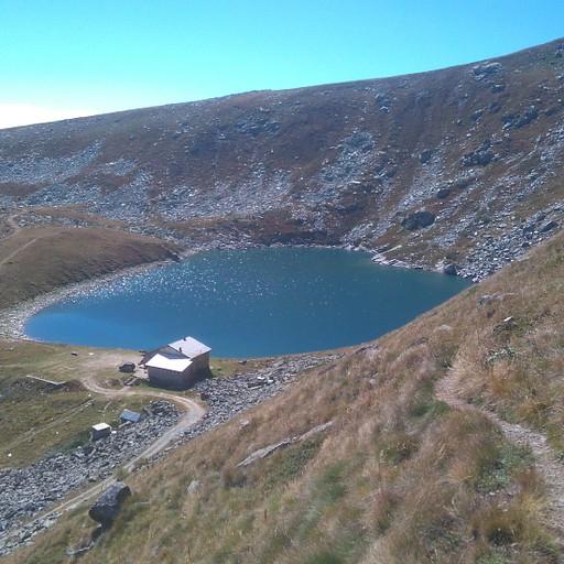 האגם הגדול והבקתה הסמוכה אליו