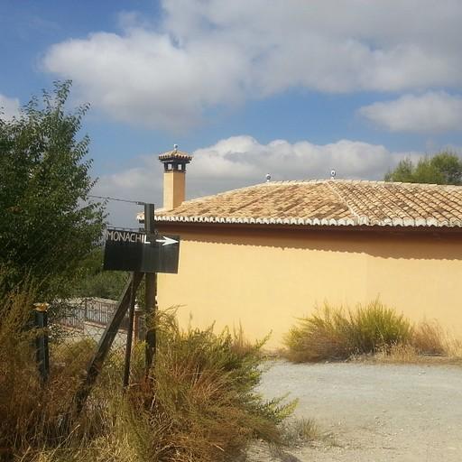 אחרי שטח חקלאי פתוח עם כמה שורות של עצים, הגעתי לבית הזה, עם השלט הקטן למונצ'יל