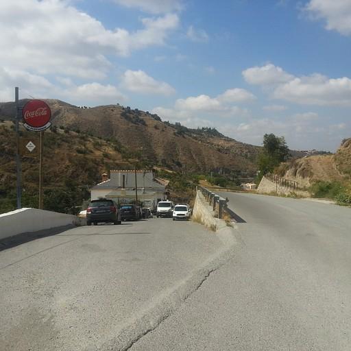 כאן יורדים לכיוון המסעדה, והשביל מתחבר בהמשך אל הכביש שיוצא מימין