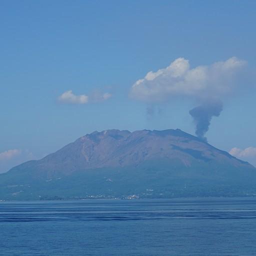 סקורג'ימה מהים, ניתן לראות מיני התפרצות עליו מימין
