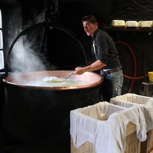 בירידה מבונהום באחד הכפרים יש מבשלת גבינות קטנה ומיוחדת, ניתן כמובן לקנות גבינה וגם לצפות איך עושים אותה! מדהים!