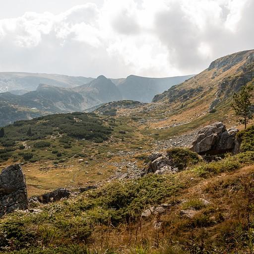 העמק נפתח מולנו, ניתן להבחין בשיירת הוסים אי שם באופק