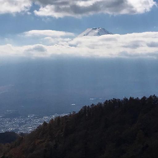 פוג'י מתחיל להתכסות עננים