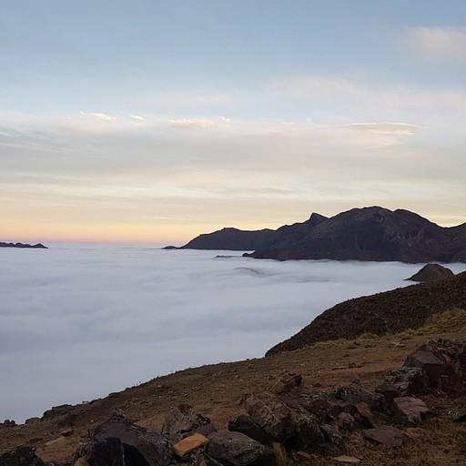 שמיכת העננים שמרה על מרחק מרשים מתחתינו. בלילה האוהל עמד ברוחות ממש חזקות.