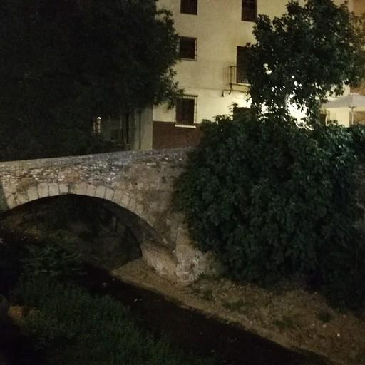 גשר מעל דאררו (Rio Darro) בדרך למלון מסקרמונטה