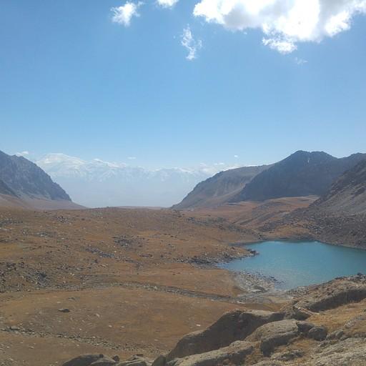 אגם kosh-kel במבט מצפון. ברקע הרי הפמיר