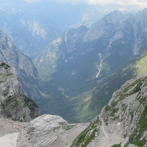 עמק VRATA מתגלה שוב מבין ההרים