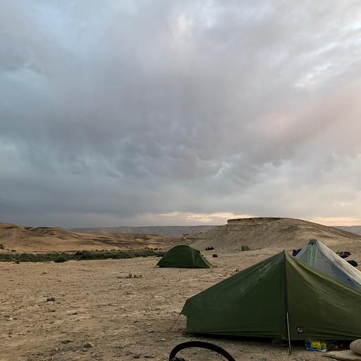 אוהלי אולטרה-לייט של מטיילים אוסטרים (קליק להגדלה)