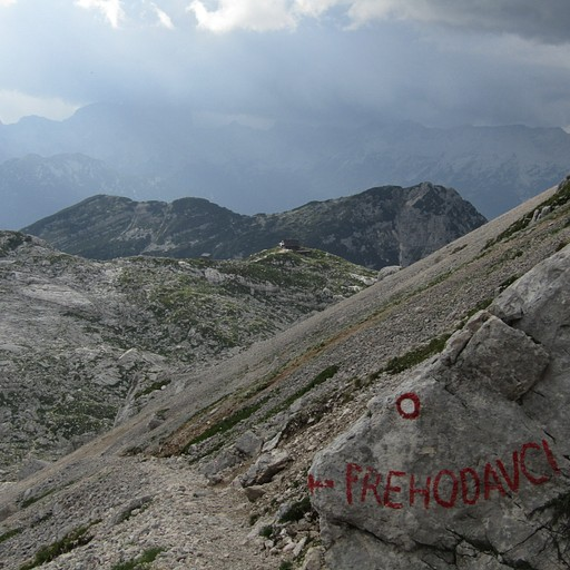 מעט אחרי הפיצול האחרון, ניתן לראות למעלה את בקתת Prehodavcih