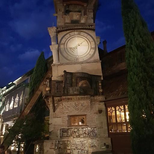 פסל השעון מחוץ לתיאטרון גבריאדזה