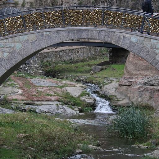 גשר מנעולים ליד המרחצאות