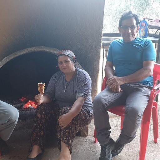 פאטימה מבשלת עם תנור עצים