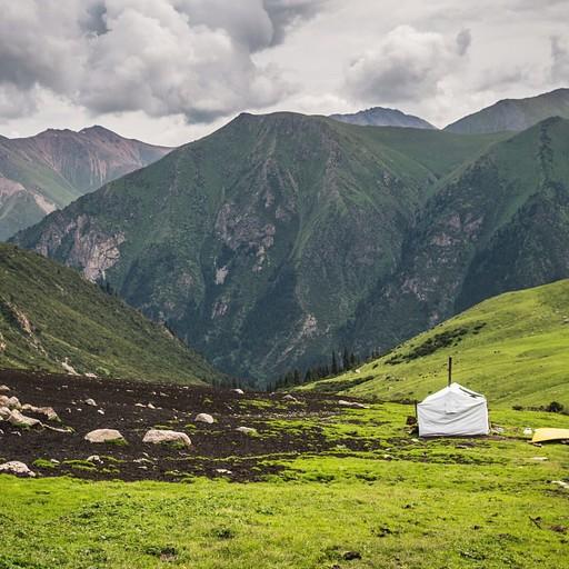 בקתת רועים קטנה בעמק